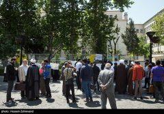 تجمع جمعی از مرغداران استان ایلام در اعتراض به قیمت مصوب مقابل استانداری ایلام